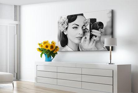 Femme-carre-noir-blanc-salon-toile
