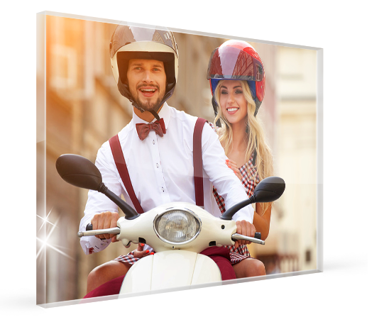 landing-plexiglas-couple-scooter